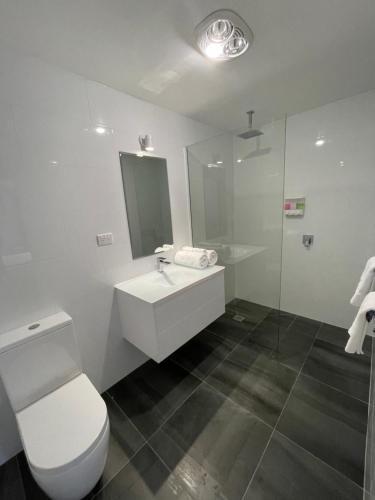A bathroom at Happy Wanderer Motel Bendigo