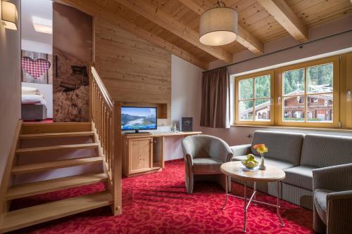 Ein Sitzbereich in der Unterkunft Hotel Sonnenhof Gerlos