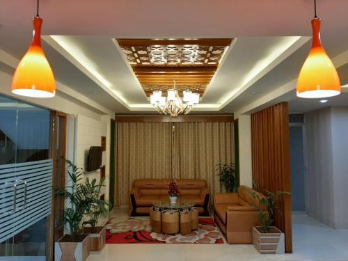 A seating area at Hotel Grand Circle Inn