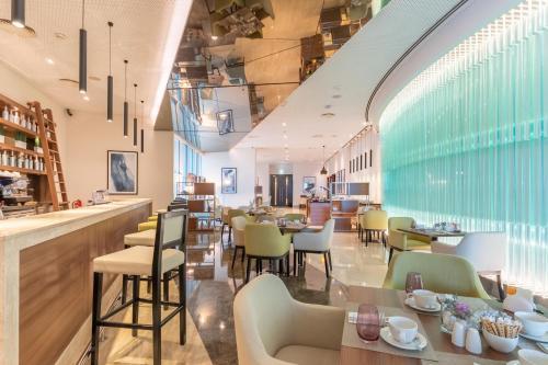 Un restaurante o sitio para comer en Grand Millennium Al Wahda Abu Dhabi