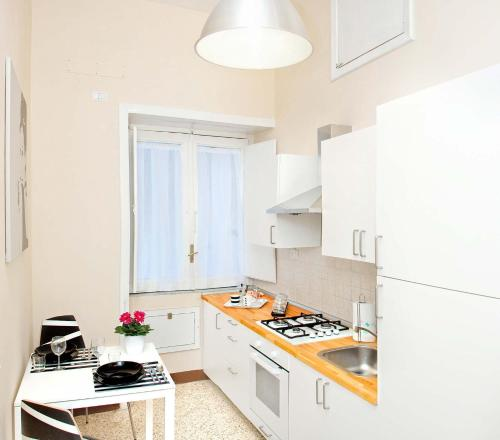 A kitchen or kitchenette at Bed And Travel Apartment San Giorgio
