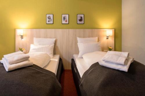 Кровать или кровати в номере City Hotel Meckenheim