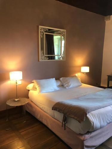 A bed or beds in a room at Les Chambres De La Renaissance