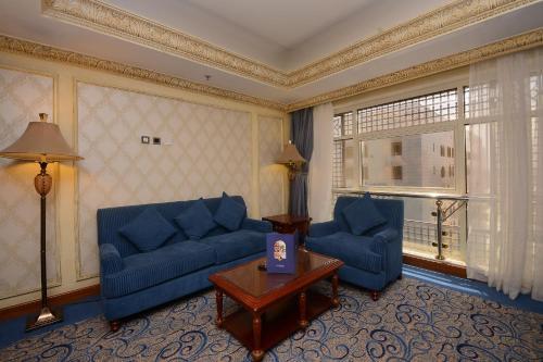 Uma área de estar em Al Rawda Royal Inn