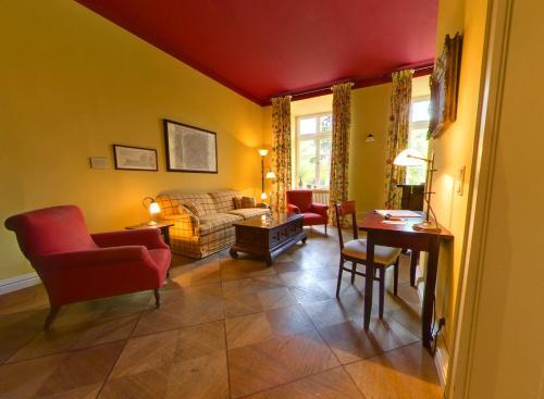 A seating area at Romantik Hotel Gutshaus Ludorf