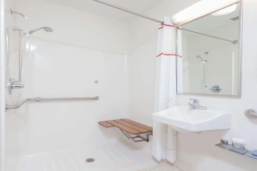 A bathroom at MainStay Suites Orlando Altamonte Springs