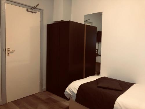 A bed or beds in a room at Hotel Centraal