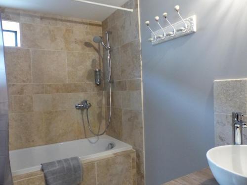 Salle de bains dans l'établissement La fontaine de rocoule