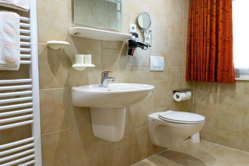A bathroom at Land-Hotel Mühlengrund