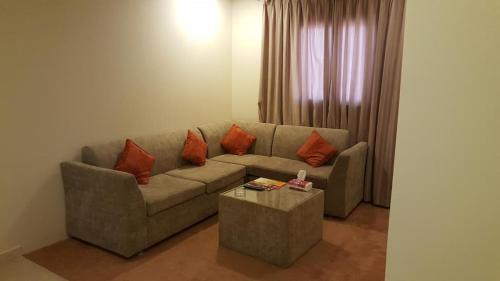 Uma área de estar em Land Beach An Narjis
