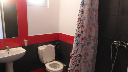 A bathroom at CheckInn Apartment