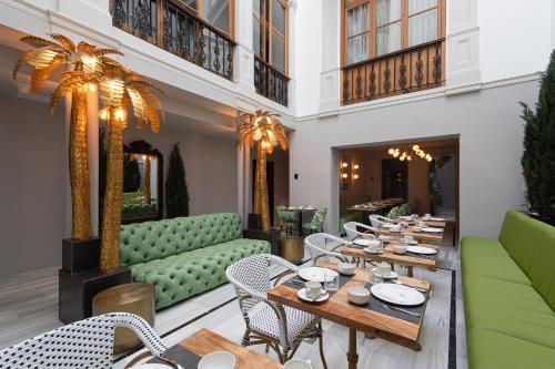 Un restaurante o sitio para comer en Boutique Hotel Cordial Malteses