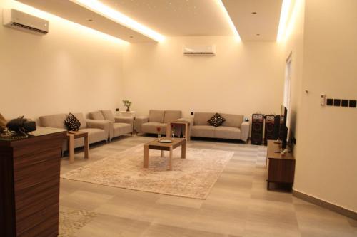 Uma área de estar em شاليه تورو