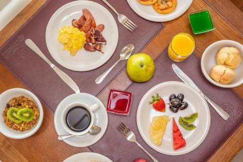 Breakfast options available to guests at Hotel Água de Coco