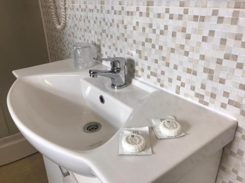 A bathroom at Pensiunea Cardinal