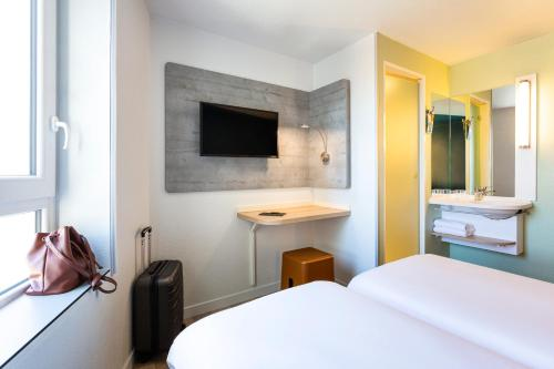 A television and/or entertainment center at ibis budget Bordeaux Centre - Gare Saint Jean