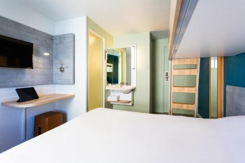 A bed or beds in a room at ibis budget Bordeaux Centre - Gare Saint Jean