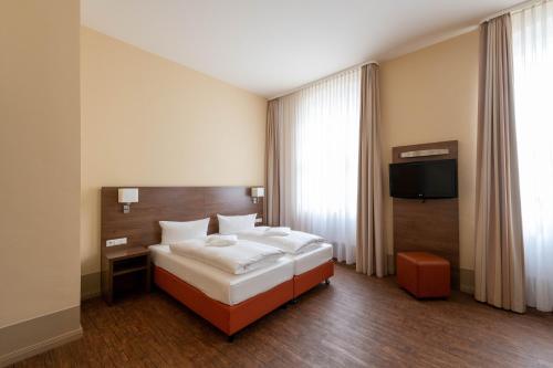 Ein Bett oder Betten in einem Zimmer der Unterkunft Hotel am Großen Waisenhaus
