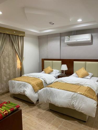 Cama ou camas em um quarto em ريلاكس ان للشقق المفروشة