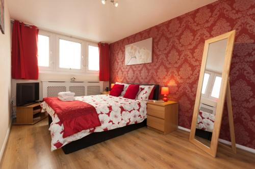 """A bed or beds in a room at Victoria Centre Apartments in the Shopping Centre - Nottingham City Centre - """"Cook as you would at Home"""""""