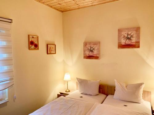 Ein Bett oder Betten in einem Zimmer der Unterkunft Spreewaldhotel zum Krabat mit Ferienwohnungen der KrabatResidenz
