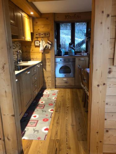 A kitchen or kitchenette at Chalet Tannenduft