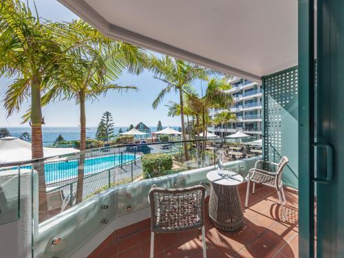 Ein Balkon oder eine Terrasse in der Unterkunft Crowne Plaza Sydney Coogee Beach, an IHG Hotel