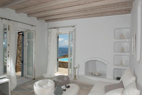 Salle de bains dans l'établissement Psarou Villa with private pool by Diles Villas