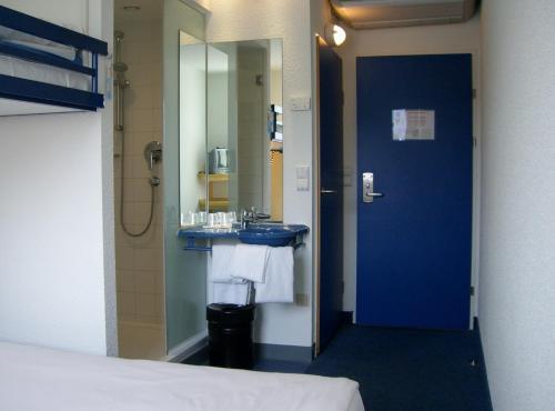 A bathroom at Ibis Budget Graz City
