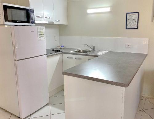 A kitchen or kitchenette at Kellys Beach Resort