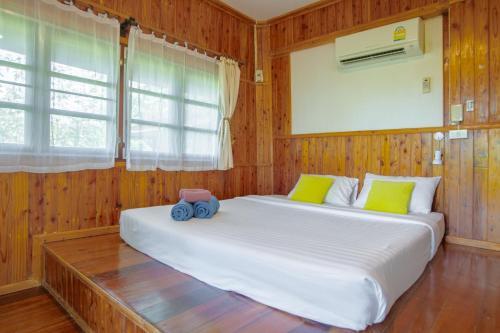 Ein Bett oder Betten in einem Zimmer der Unterkunft Ko Kut Ao Phrao Beach Resort