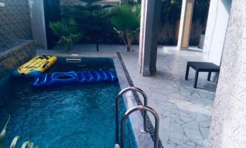Villa calme avec piscine à avepozo