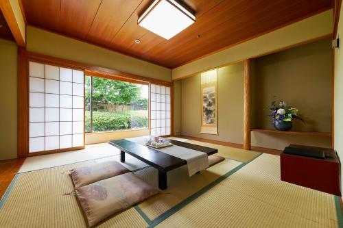 A seating area at Hotel Agora Osaka Moriguchi