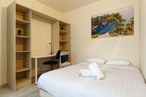 A bed or beds in a room at Marseille entre Mer, Calanques et Palais du Pharo
