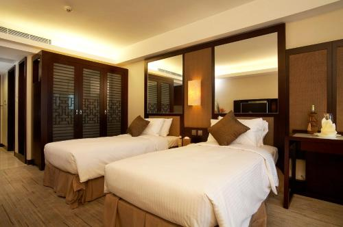 A bed or beds in a room at Royal View Hotel