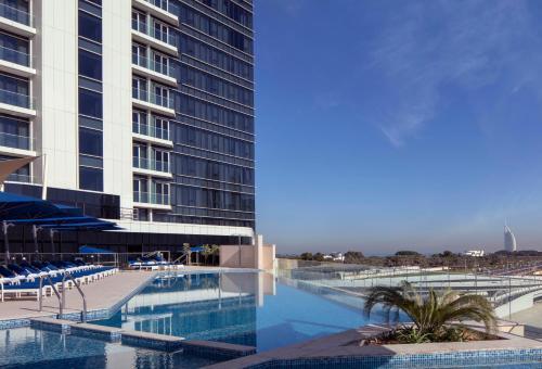 Басейн в Avani Palm View Dubai Hotel & Suites або поблизу