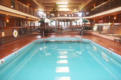 The swimming pool at or near Auburn Place Hotel & Suites Cape Girardeau