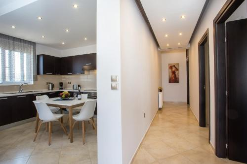 A kitchen or kitchenette at Fashionable Luxury Apartments