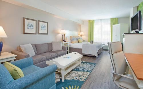 A seating area at Hotel Indigo - Sarasota, an IHG Hotel