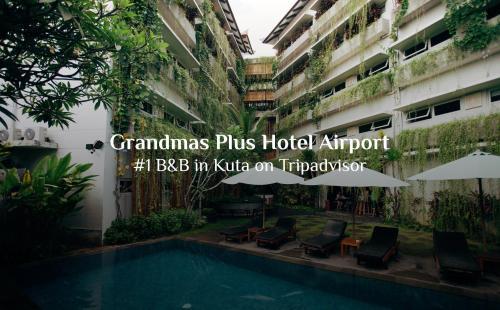 The swimming pool at or near Grandmas Plus Hotel Airport