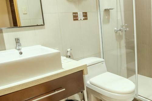 A bathroom at Casa Bocobo Hotel
