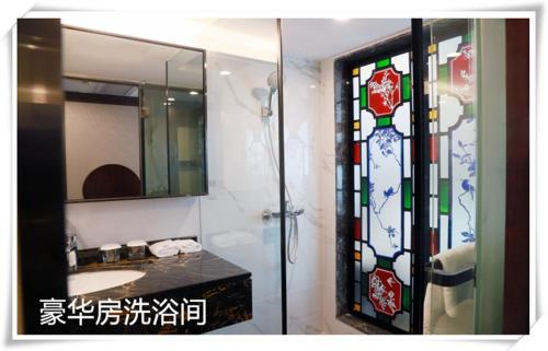 A bathroom at Guangdong Victory Hotel
