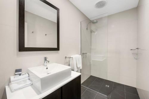 A bathroom at Mid City Motel Warrnambool