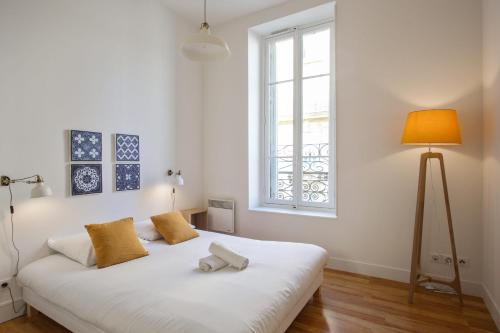 A bed or beds in a room at Beautiful and bright 2-br at the doors of Le Panier in Marseille - Welkeys