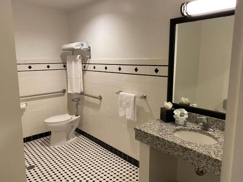 A bathroom at Best Western River North Hotel