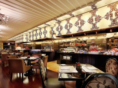 A restaurant or other place to eat at Sofitel Guangzhou Sunrich
