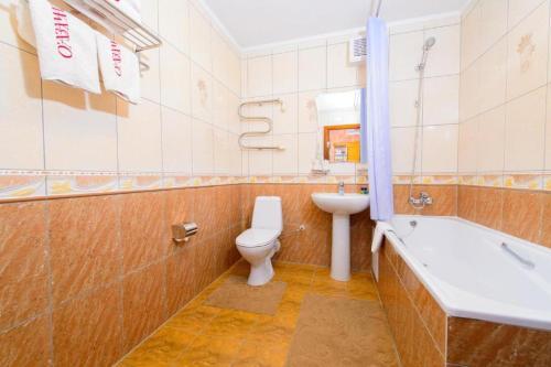 A bathroom at O Azamat