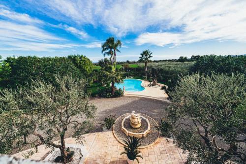 Vista sulla piscina di Villa Tonia o su una piscina nei dintorni