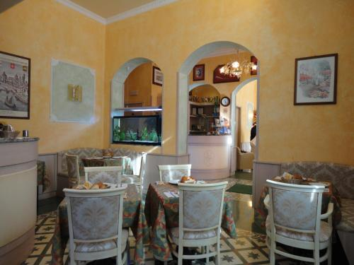 A restaurant or other place to eat at Hotel Villa Primavera