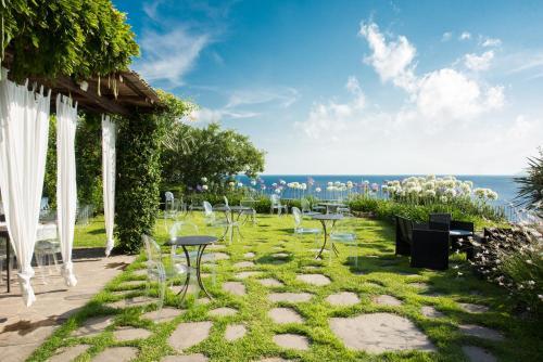 A garden outside Hotel Ravesi